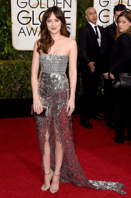 Dakota Johnson Chanel estélyiben a Golden Globe gálán, 2015